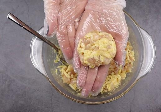В последнее время готовлю котлеты без мясорубки всего за 30 минут (получается очень сочно и нежно)
