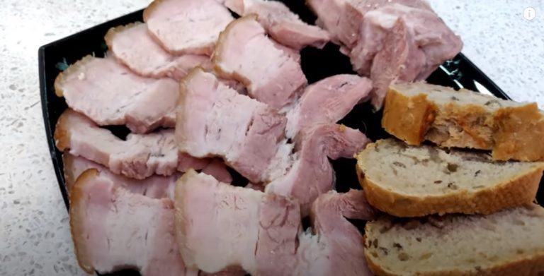 Кладем мясо в банку и заливаем рассолом: за 2 часа сделали нарезку на стол на замену колбасе